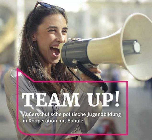 """""""TEAM Up!"""" Neue Broschüre zu außerschulischer politischer Jugendbildung in Kooperation mit Schulen"""